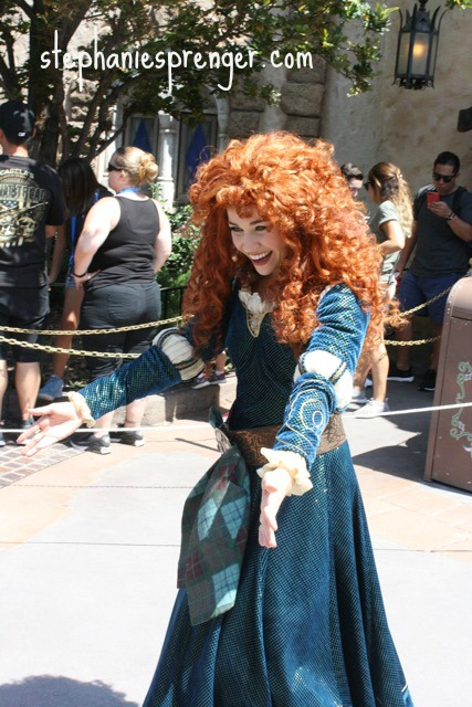 Meet Disney characters at Disneyland with kids how-to-have-a-great-time-at-disneyland-with-kids-without-stress