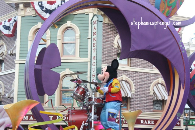 Parades at Disneyland with kids how-to-have-a-great-time-at-disneyland-with-kids-without-stress